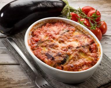 Parmigiana di melanzane – Zapečený lilek s rajčaty a mozzarellou
